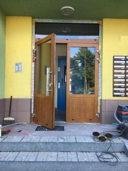Dvoukřídlé hliníkové vstupní dveře - panelový dům - Frýdek - Místek