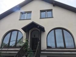 Plastové okna, balkonové sestavy, vstupní dveře - rodinný dům Melč