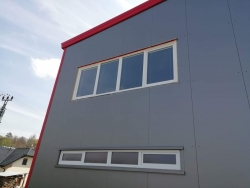 Výrobní hala Uhřice - plastové dveře, sestavy plastových oken