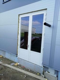 Sestavy plastových oken a hliníkových dveří - hala Mutěnice